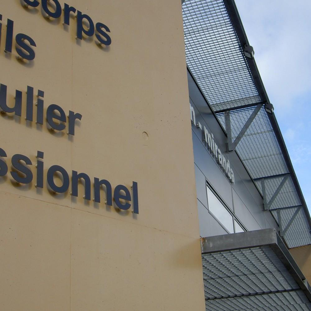 detail-facade-beton-lasure-enseigne-auvent-metallique